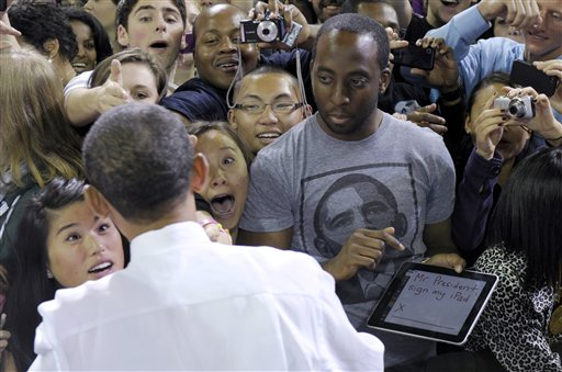 El presidente Obama firma en un iPad